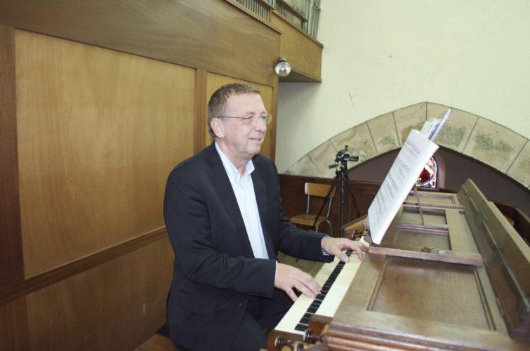 Philippe Sauvage à la console de l'orgue de Saint Chéron.