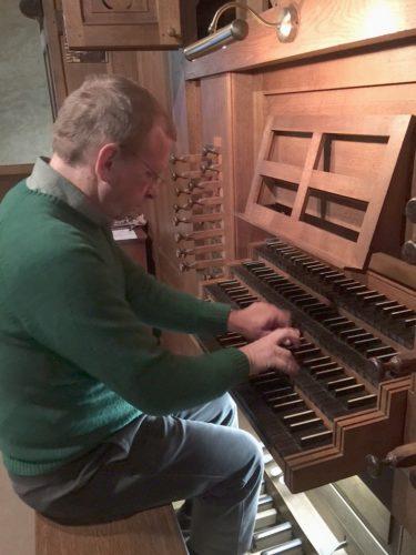 Philippe Sauvage à la console de l'orgue de la Cathédrale de Saint Malo.