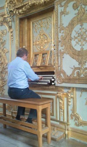 Philippe Sauvage à la console de l'orgue de la chapelle du château de Versailles.
