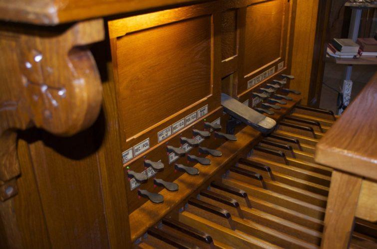 Pédalier de la console du grand orgue de Saint Pierre de Neuilly.