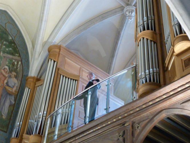 Philippe Sauvage à la fin du concert donnée à l'occasion du premier anniversaire de l'orgue le 8 mars 2015 à Saint Rémi de Vanves.